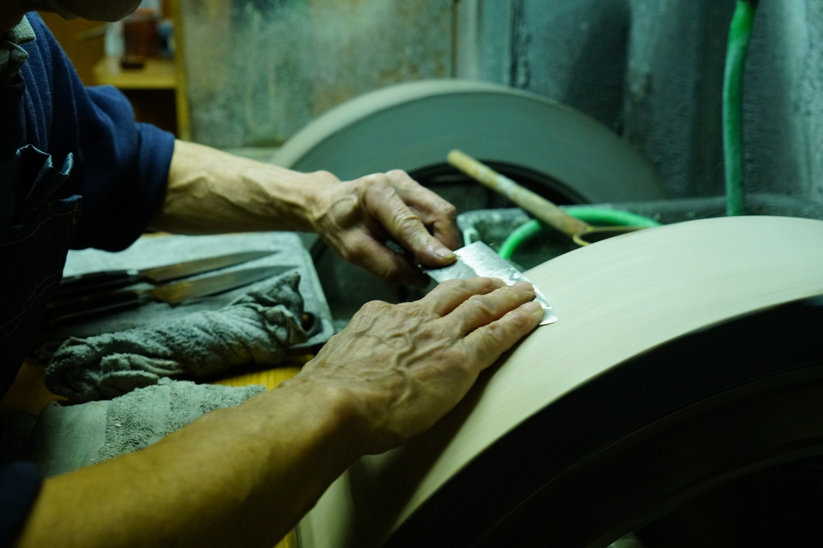 """As a craftsman and trader, he offers """"quality knives"""". What idea lies behind the blade of the craftsman """"Ubukeya"""" and what connection does the owner have with his accessory?"""