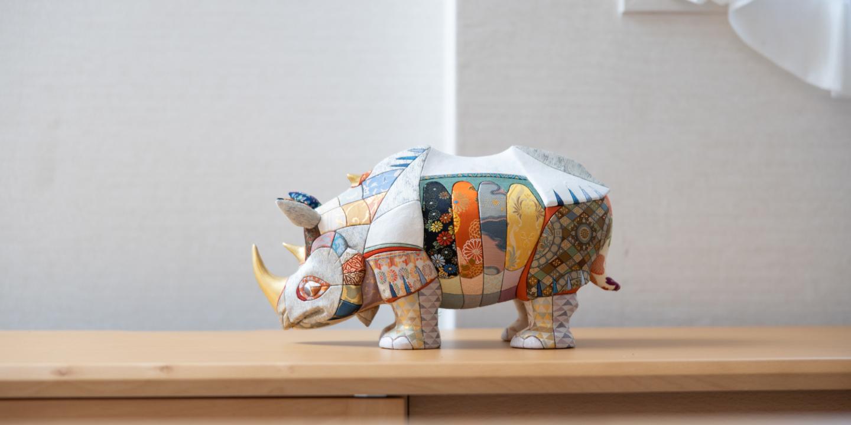 Des œuvres de décoration intérieure exploitant les techniques artisanales des poupées japonaises traditionnelles.